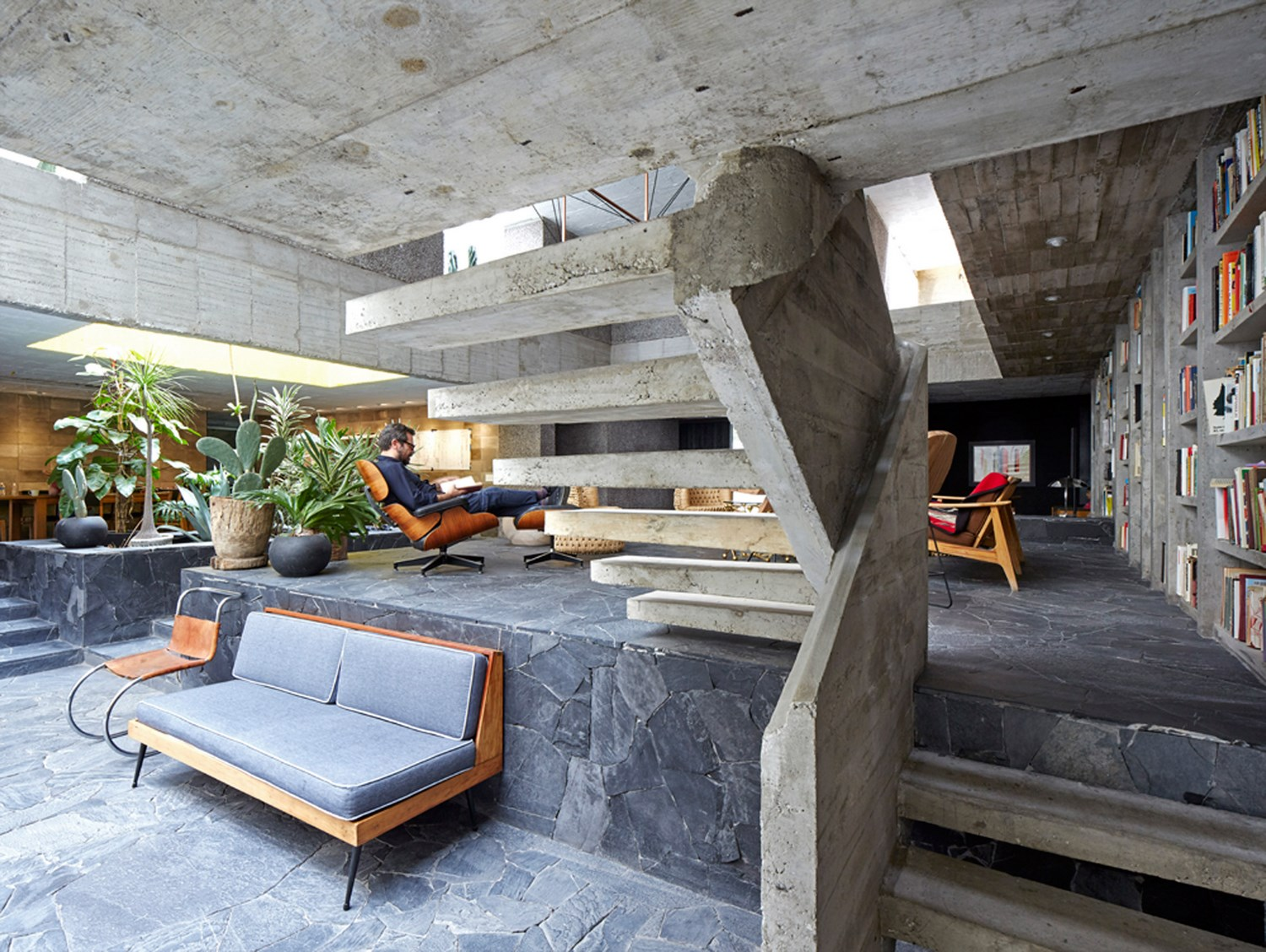 Brutalist home studio of mexican sculptor pedro reyes for Design interieur