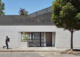Perimeter House by MAKE Architecture | Yellowtrace