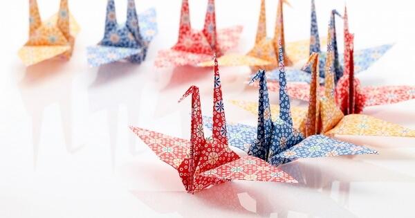 並ぶ折り鶴