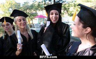 Amigas celebrando formação da faculdade com orgia lésbica
