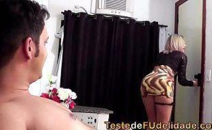 Loira deliciosa transando com amante no motel