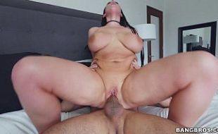 Mulher peituda mostrando seios fartos
