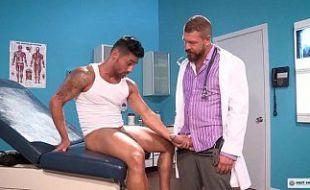 Enfermeiro espertinho cuidando melhor do seu paciente