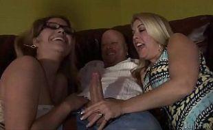 Esposa dividindo o pau do marido com um amiga