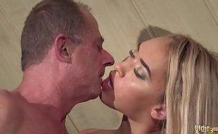 Filha flagra pai comendo sua amiga novinha