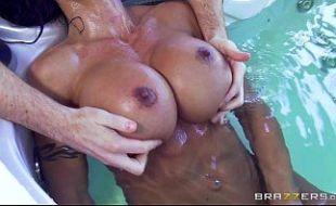 Morena peituda gostosa transando na banheira