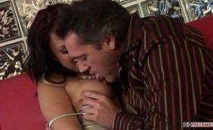 Sarado em vídeo sexo comendo a peituda fresca no sofá