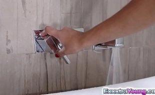 Fodendo dentro da banheira de hidromassagem com loira