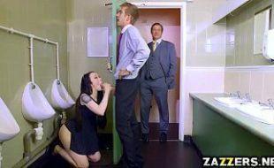 Morena fodendo com seu namorado no banheiro de um restaurante de luxo