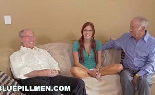 Dois velhos e uma ruiva ninfeta obediente no sexo grupal gostoso