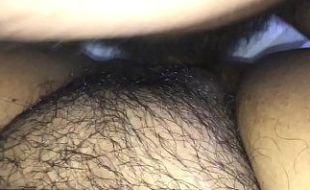 Filmando a própia buceta cabeluda tomando vara