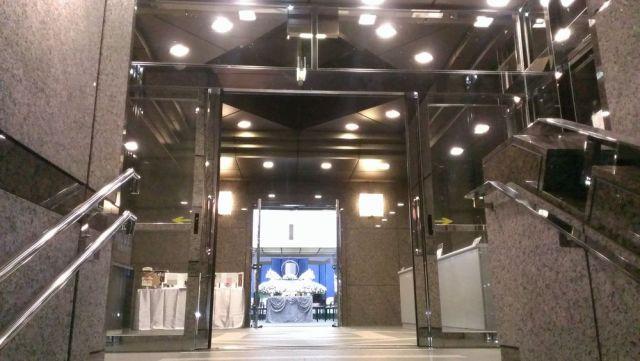 横浜市南部斎場2F階段から式場ホール景観