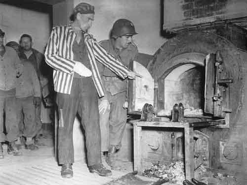 Un détenu fait visiter le crématoire de Dora aux troupes américaines