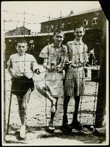 Photographie de trois enfants de Buchenwald à la libération © AFBDK