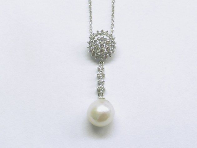 p-367 Diamond pendant with a baroque pearl, 18K white gold