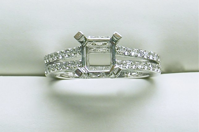sb-3026 Diamond engagement ring mounting with a split shank, 18K white gold