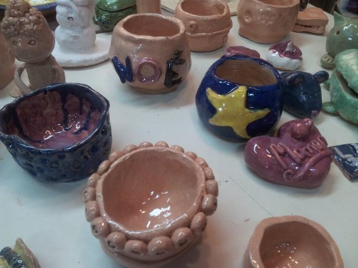 L'émail transparent donne un aspect brillant à ces poteries