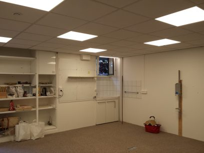 Le meuble de l'évier a été remplacé et une VMC modulable permet maintenant d'aérer correctement l'atelier et de limiter les odeurs (évier, four et toilette).