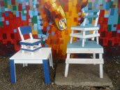 Il nuovo modello, nella versione definitiva, a sinistra. Sullo sfondo uno dei murales che abbelliscono l'interno del carcere.