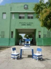 I banchi e le sedie esposti davanti all'ingresso del carcere.