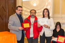 Il Presidente del Premio, dott. Lorenzo Spurio, e la Presidente di Giuria, dott.ssa Susanna Polimanti, premiano Nunzio Industria di Napoli, vincitore del 1° premio assoluto per la sezione haiku