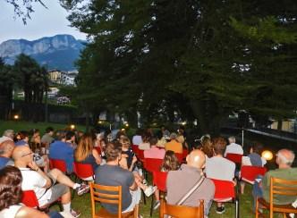 La splendida location di villa Guagnellini accoglie il pubblico calolziese
