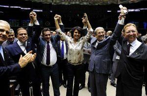 Deputados comemoram aprovação da proposta em Plenário. Ao centro, a autora da PEC, Andreia Zito.