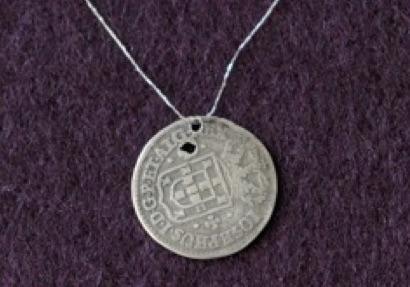 O amuleto dos três vinténs