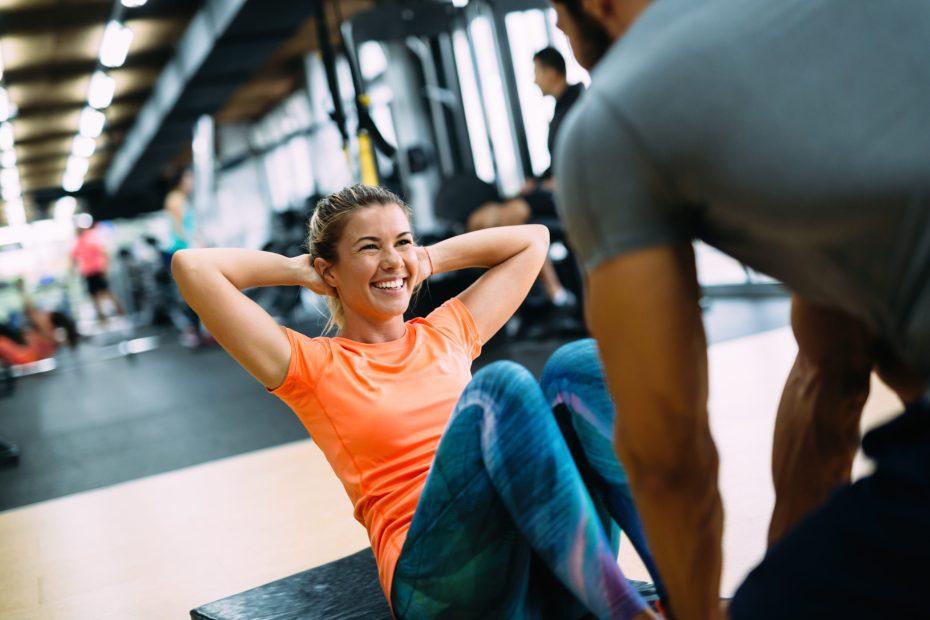 kobieta robi ćwiczenia; jak zostać trenerem personalnym