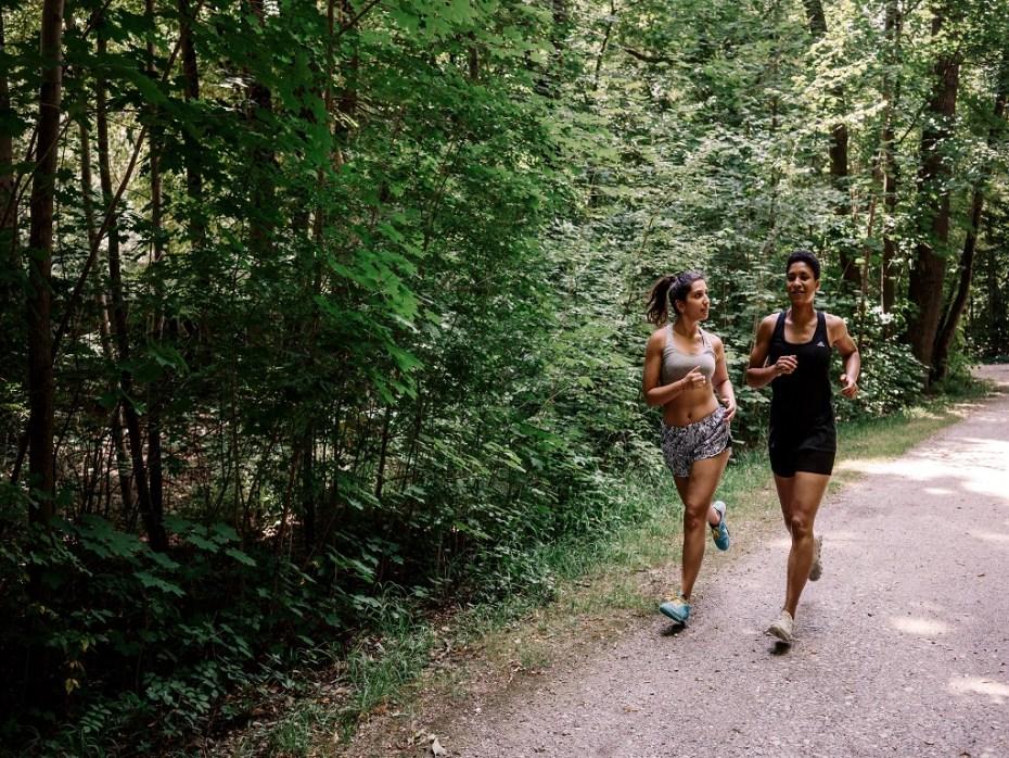 ludzie biegnący w lesie, cardio, trening cardio, co to jest trening cardio