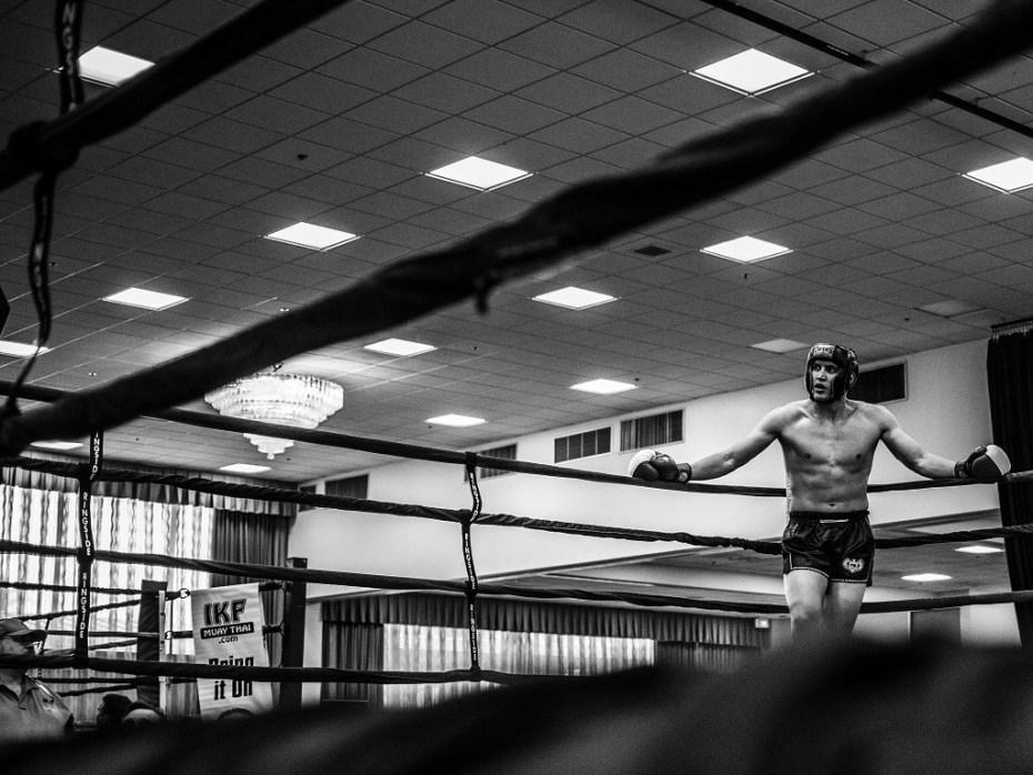 zawodnik muay thai na ringu,