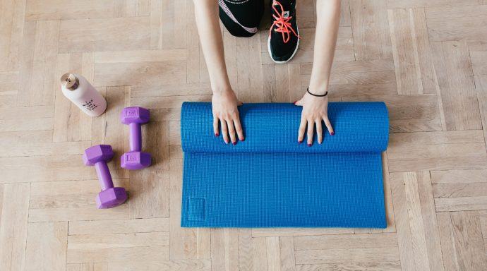 mata do ćwiczeń, ciężarki, zajęcia fitness online, zawód instruktora fitness, instruktor fitness podczas pandemii