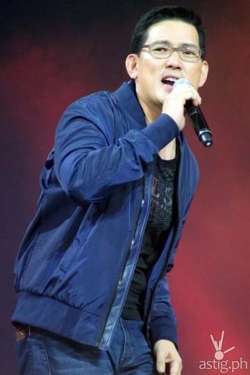 Richard Yap during his 'Tuloy Pa Rin' duet with Aiza Seguerra