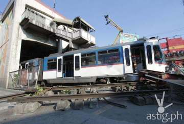 MRT 3 derails EDSA Taft station (photo by Ali Vicoy)