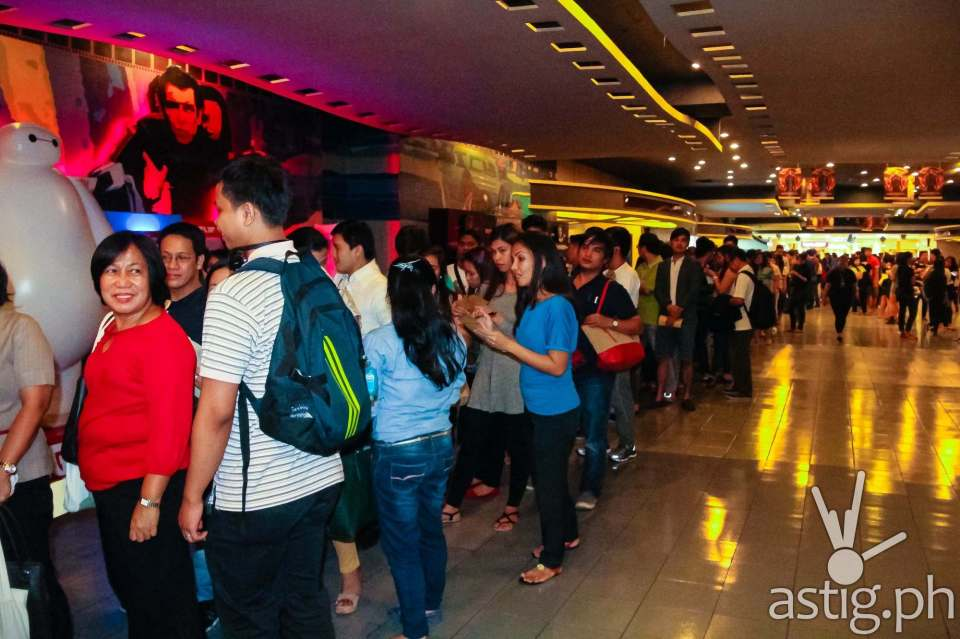 Huge crowd lined up at the entrance to the special screening of Hunger Games: Mockingjay at SM Megamall Cinema 4