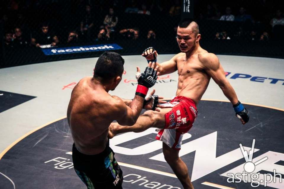 Dae Hwan Kim controlled the ring early on, landing strikes effectively against Bibiano Fernandes