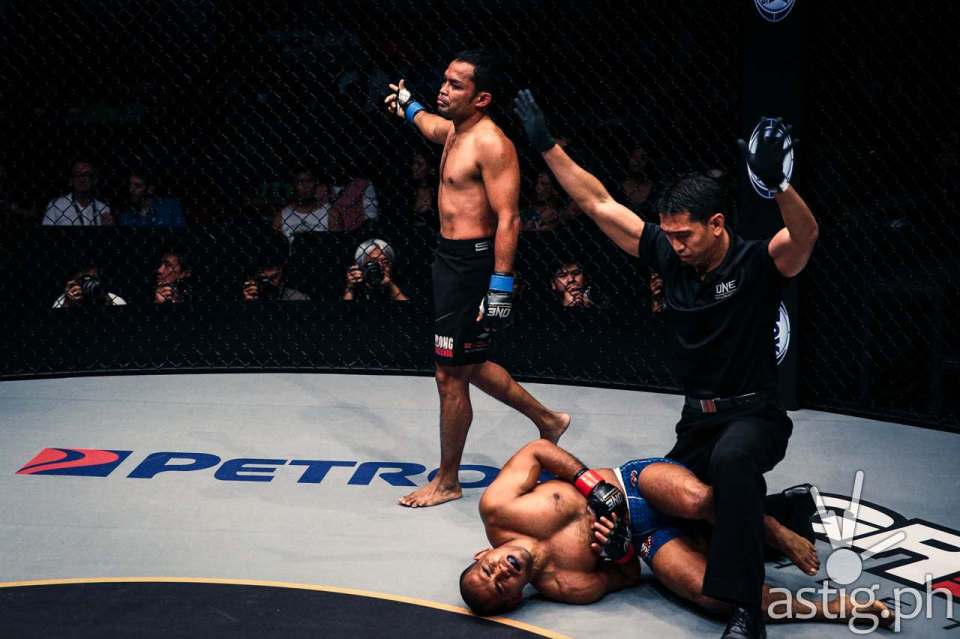 Dejdamrong Sor Amnuaysirichoke sends Rene Catalan to the canvas for a knockout victory in round 1