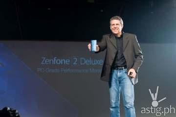 ASUS Product Designer Daniel Alenquer shows off the ASUS ZenFone 2 Deluxe