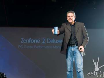 ASUS Product Designer Daniel Alenquer shows off the ASUS ZenFone 2 Deluxe