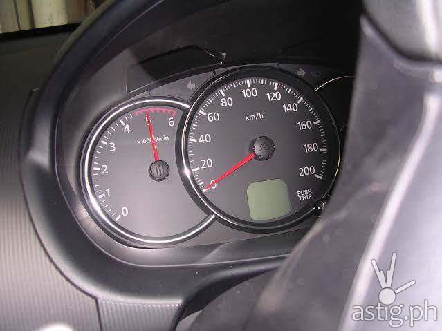 Photo showing the tachometer of the Mitsubishi Montero pointing at 5000 RPM
