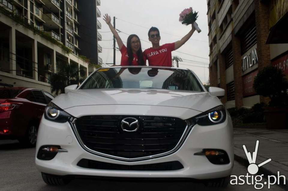 Just married: We opened the sunroof and stood through it for this shot - Mazda3 2.0 Sedan 2017 Skyactiv-R