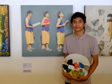 "Grand Prize Winner Artemio Bongawan Jr. of University of Mindanao with his art work entitled ""AGEnt of Success"""