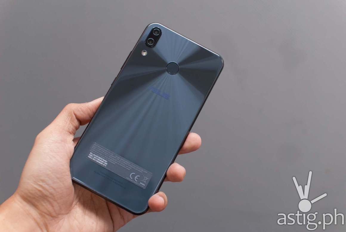 Zenfone 5 back showing fingerprint scanner and dual camera