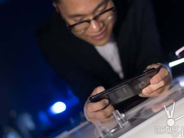 Eason de Guzman, OPPO Philippines PR Manager plays PUBG on the OPPO Find X - OPPO Find X Philippine launch