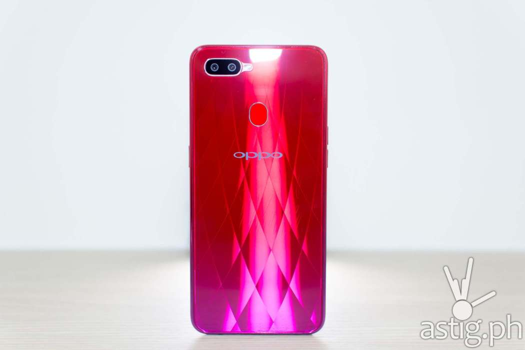 OPPO F9 Twilight Red back standing