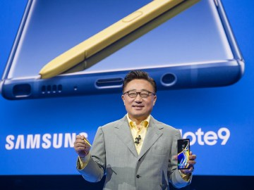 Samsung CEO DJ Koh presents the Galaxy Note 9 at the Samsung Galaxy Unpacked 2018 event