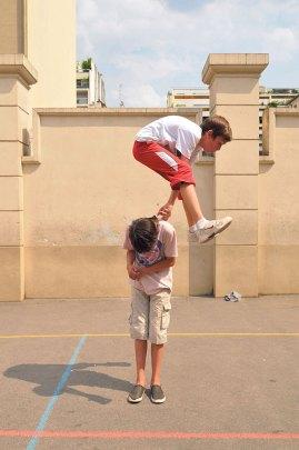 Ecole: enfants font des jeux acrobatiques, foot, balle dans la cour de rÈcrÈation CM2 ‡ 6e. Children make acrobatic games, football, ball in the playground.