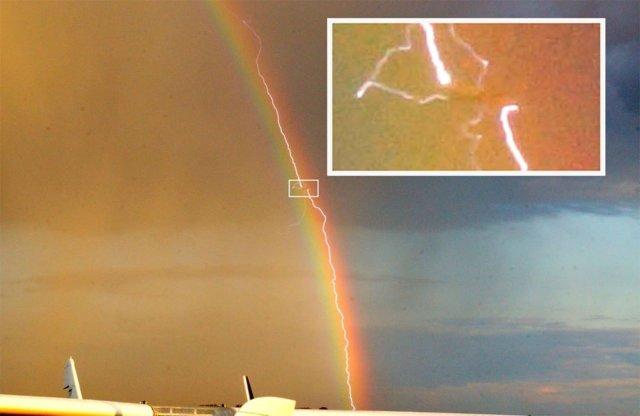 rayo cayendo sobre un avión