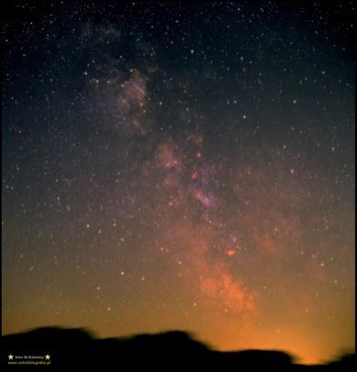Fragment letniej Drogi Mlecznej Rollei 6003Pro - Zeiss Planar 80/2,8 @4 1/3 - 15' Fuji Provia 400 - skanowane Microtek ArtixScan 2500 - montaż Vixen GPD2. Jeszcze jedno analogowe zdjęcie, przedstawiające fragment drogi mlecznej - pomimo sporego zaświetlenia horyzontu i tak pięknie prezentują się świecące na czerwono mgławice !