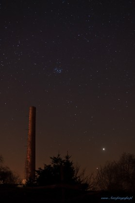 Zachodzące Wenus (wyżej) i Jowisz. Na środku zdjęcia widać zachodzące już Plejady (M45)